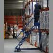 Escabeau roulant 7 marches metalliques bleues pour entrepôt vue de profil