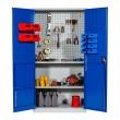 Vue de face de l'armoire atelier métallique à portes battantes pour boites à bec et fond perforé pour outils mise en situation